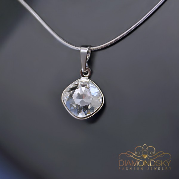 """Kulons """"Apžilbinošs Spīdums IV (Crystal)"""" ar Swarovski™ kristāliem"""