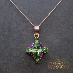 "Kulons ""Kristāla Rombs II (Peridot Scarabaeus Green)"" ar Swarovski™ kristāliem"